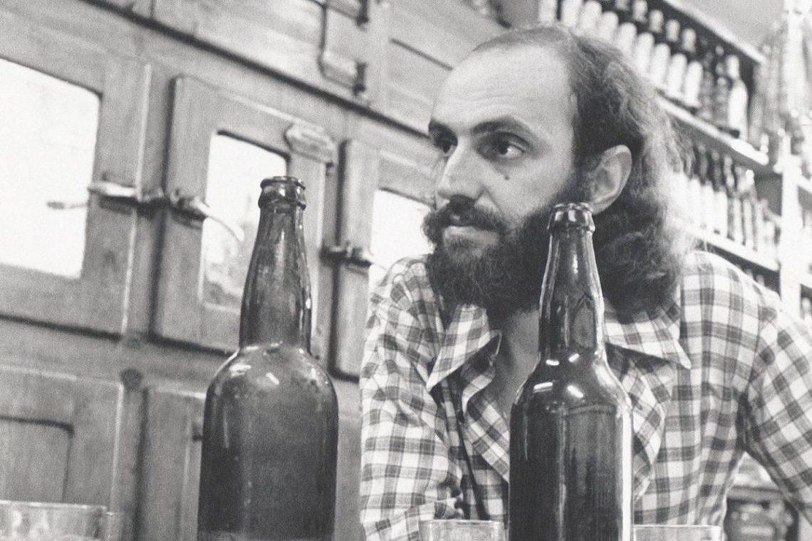 aldir-blanc-cantor-e-compositor-tomando-cerveja-1200x800